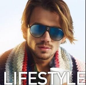 photo homme carrera 300x297 Les lunettes de soleil aux verres bleus, nouvelle tendance Carrera été 2011!!!