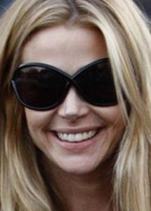Denise Richards TomFord 215x300 Portez les lunettes de soleil de vos stars préférées (pour vous mesdames)
