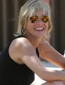 Sharon Stone Rayban 229x300 Portez les lunettes de soleil de vos stars préférées (pour vous mesdames)
