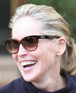 sharon stone dior 243x300 Portez les lunettes de soleil de vos stars préférées (pour vous mesdames)